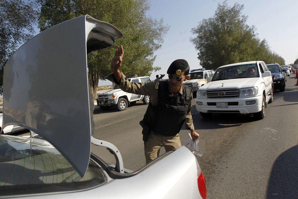 Foto: Un policía saudí chequeando vehículos en Qatif, en noviembre de 2011