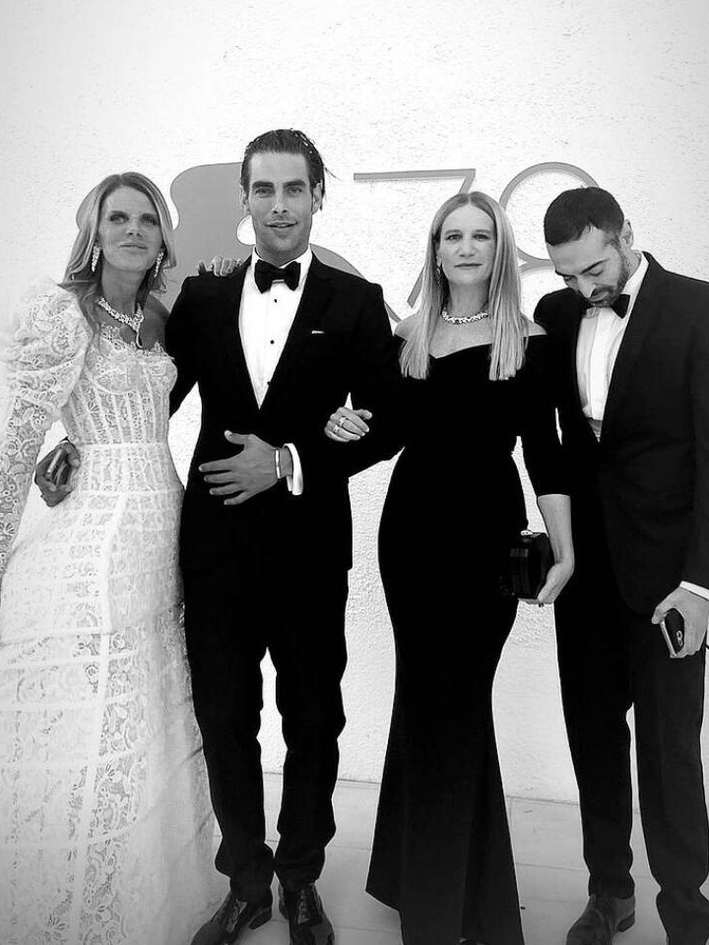 Anna dello Russo posa junto a Jon Kortajarena. (Instagram)