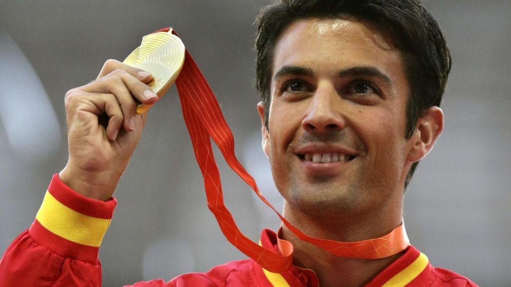 Foto: Miguel Ángel López sostiene su medalla de oro (Efe).