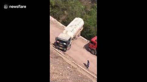 La maniobra 'imposible' de un camión chino frente a un precipicio