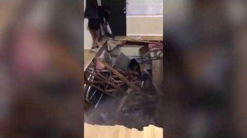 Decenas de estudiantes comienzan a saltar en una fiesta hasta que el suelo se derrumba