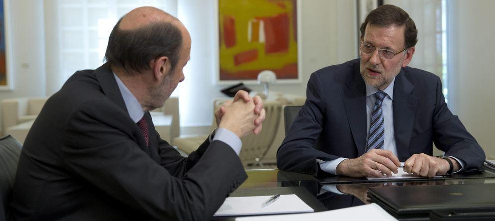 Foto: El presidente del Gobierno, Mariano Rajoy (d), con el líder del PSOE, Alfredo Pérez Rubalcaba. (EFE)