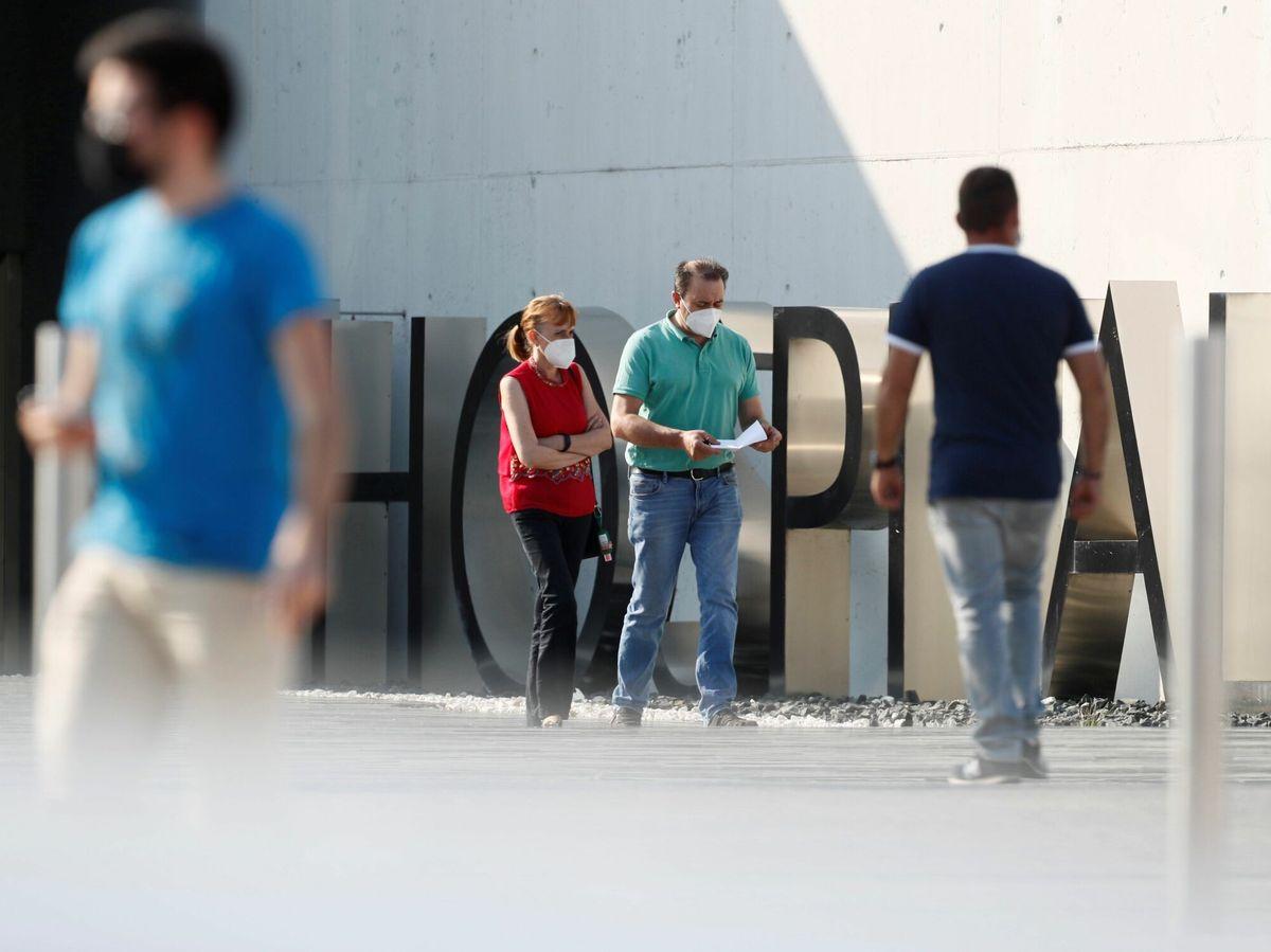 Foto: Varias personas caminan frente al Hospital HULA de Lugo. (EFE)