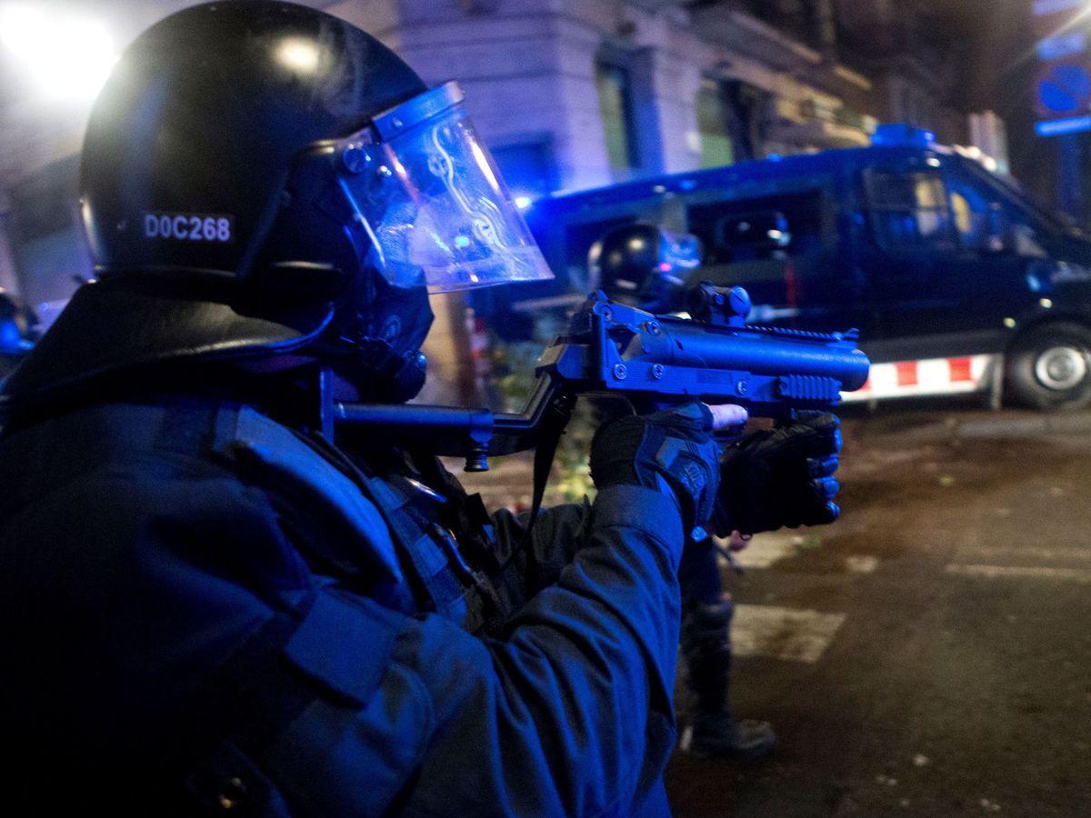 Foto: Un agente de Policía, durante los altercados en Barcelona. (EFE)
