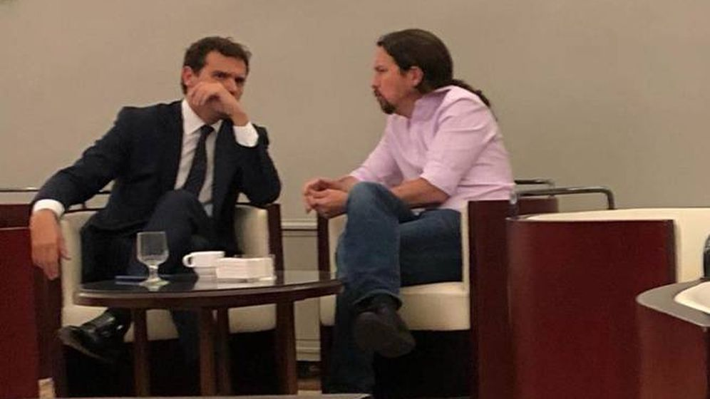 Foto: La imagen de Albert Rivera y Pablo Iglesias en la cafetería de diputados del Congreso difundida por dirigente del PSOE.