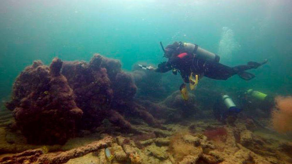 Foto: Un submarinista analizando piezas del naufragio. Foto: INAH