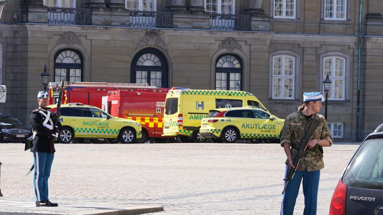 Dispositivo de seguridad desplegado en Amalienborg, este martes. (EFE)