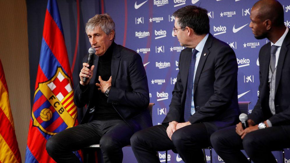 Foto: Bartomeu, escuchando las primeras palabras de Quique Setién como entrenador. (Reuters)