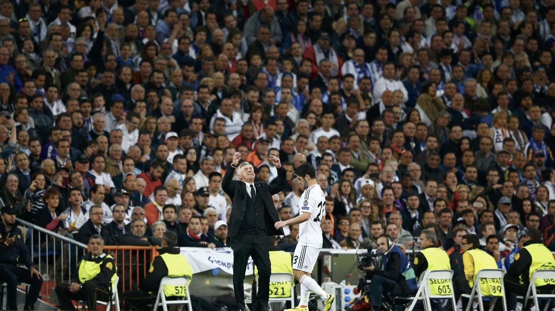 Foto: Ancelotti celebra un gol del Real Madrid ante la presencia de Isco Alarcón.