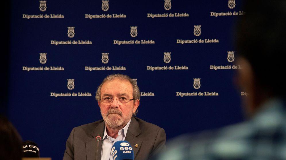 Foto: El expresidente de la Diputación de Lleida Joan Reñé, en rueda de prensa para informar sobre su dimisión. (EFE)