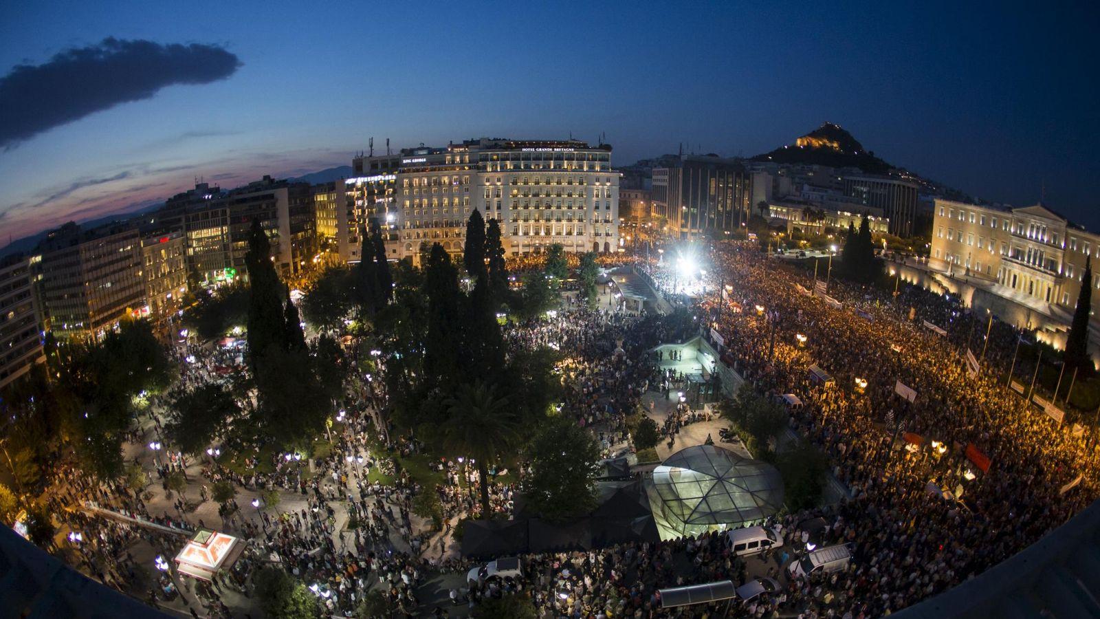 Foto: Vista aérea de la manifestación antiausteridad celebrada anoche enfrente del Parlamento griego en Atenas. (Reuters)