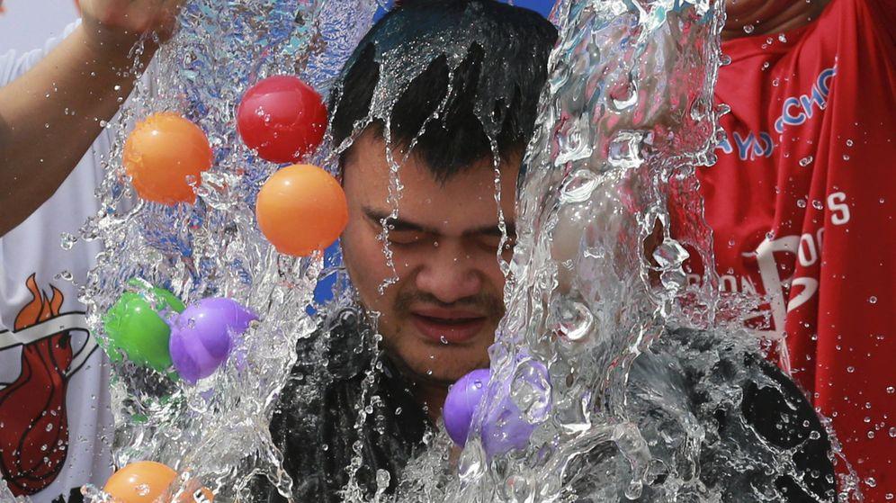 Foto: El exjugador de la NBA Yao Mind participa en el desafío. (Reuters)