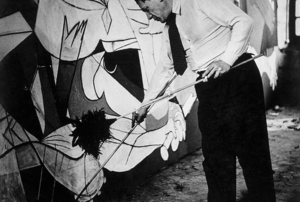 Foto: Fotografía de Picasso de pie trabajando en el 'Guernica' en su taller de Grands-Agustins, en París en 1937, de Dora Maar (Museo Reina Sofía)