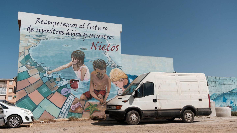 Un mural contra la degradación del Mar Menor en un edificio de la población de Los Nietos. (S.B.)