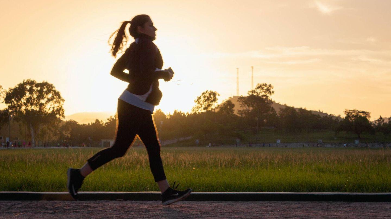 Aunque esto puede ayudar a quemar más grasa, no es fundamental levantar peso al caminar (Unsplash)