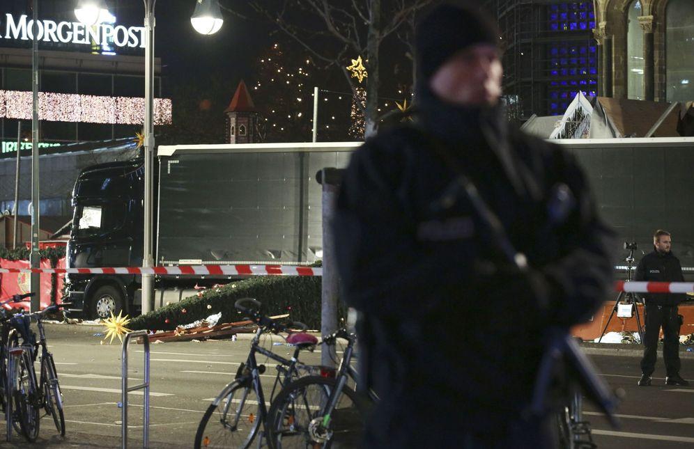 Foto: Un policía alemán custodia el camión del atentado, el 19 de diciembre de 2016 (Reuters)