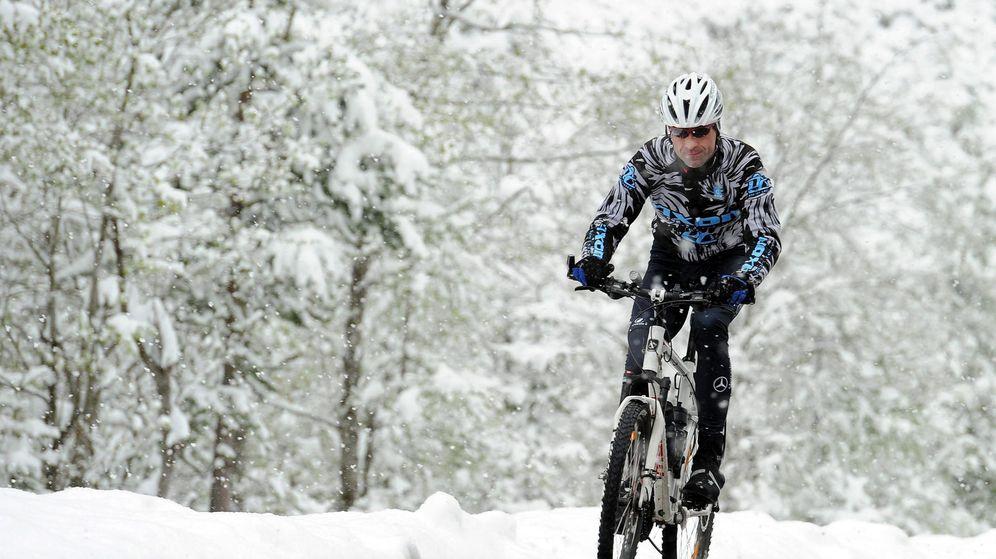 Foto: Un ciclista monta su bicicleta en el alto de Val Martello, al norte de Italia. (EFE)