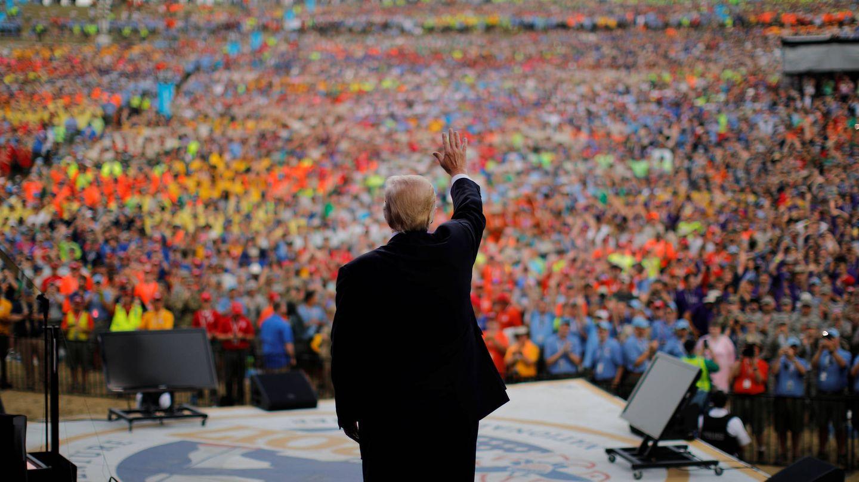 El presidente Donald Trump saluda a los asistentes en el National Scout Jamboree, el 24 de julio de 2017. (Reuters)