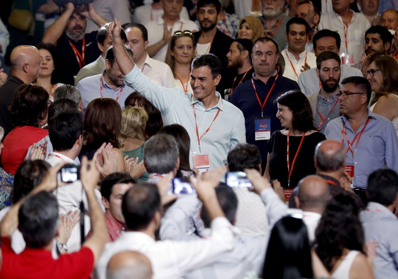 Foto: Pedro Sánchez, a su entrada al 39º Congreso Federal del PSOE, en el Palacio Municipal de Congresos de Madrid, este 17 de junio. (EFE)