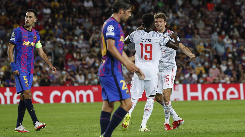 Davies y Müller celebran el gol del alemán. (Reuters)
