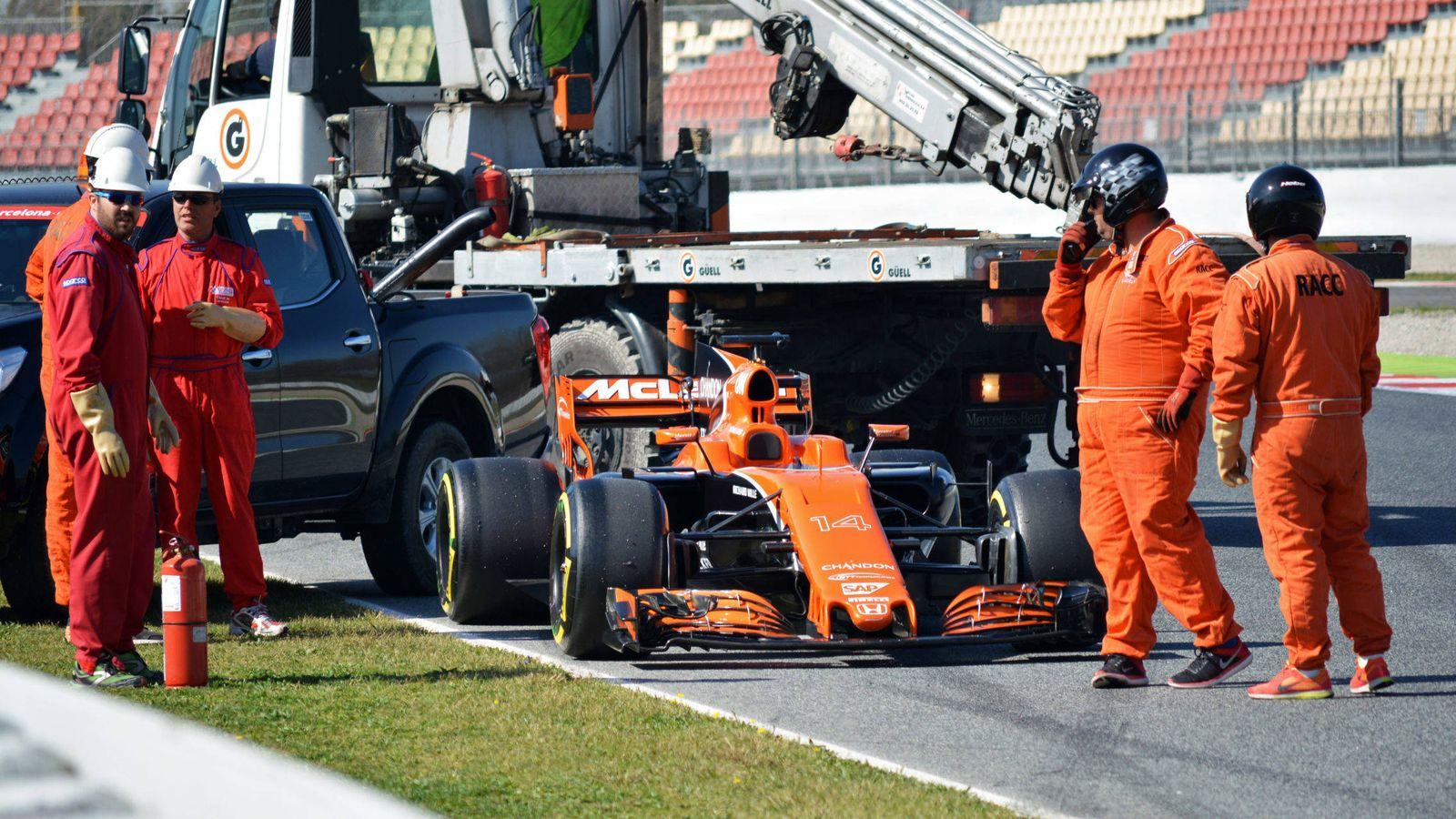 Foto: El McLaren de Fernando Alonso tuvo que ser remolcado este viernes en Montmeló (Joan Valls/Urbanandsport-Cordon Press)