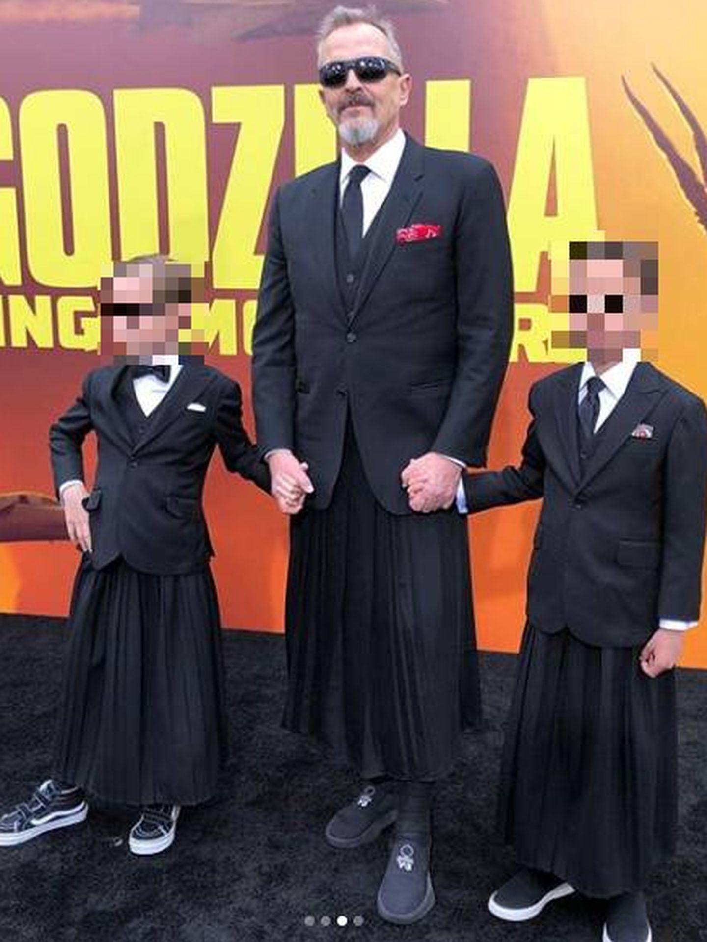 Miguel Bosé posando con sus hijos en Los Ángeles. (IG)