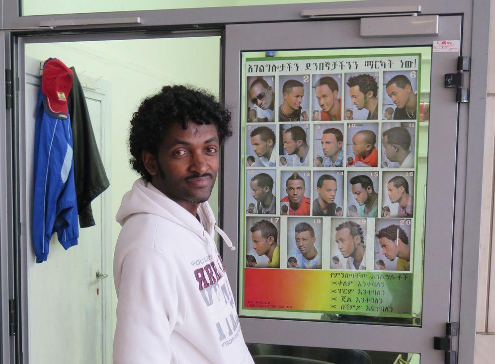 Foto: Adhanom, de 27 años, en el edificio del centro de Roma ocupado por los eritreos (Darío Menor).