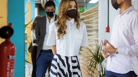 Vuelve la Rania de Jordania más estilosa y su look tiene un toque celebrity