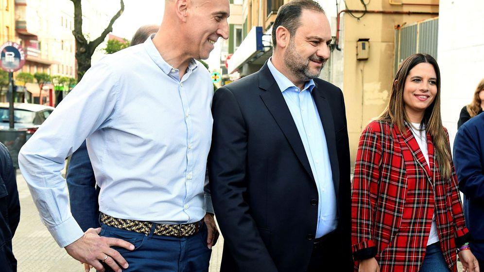 Foto: El ministro de Fomento en funciones, José Luis Ábalos, junto al alcalde de León, José Antonio Diez. (EFE)