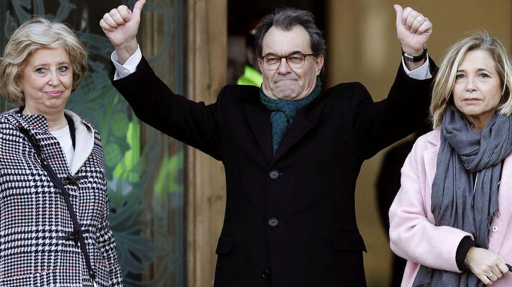 Foto:  El expresidente de la Generalitat Artur Mas (c), la exvicepresidenta Joana Ortega (d) y la exconsellera Irene Rigau (i) a su llegada al Palacio de Justicia de Barcelona. (EFE)