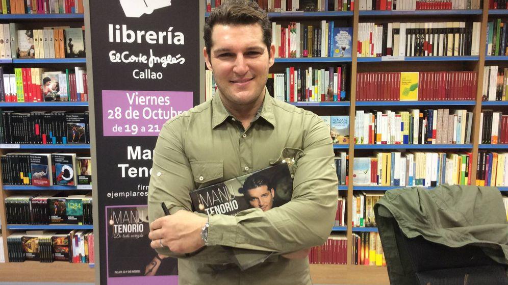 Foto: Manu Tenorio en la firma de discos de 'De todo corazón' | VANITATIS