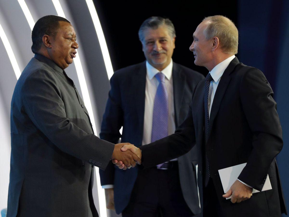 Foto: 7.- El presidente ruso, Vladímir Putin (d), saluda al secretario general de la Organización de Países Exportadores de Petróleo (OPEP), Mohammed Barkindo (i), (EFE)