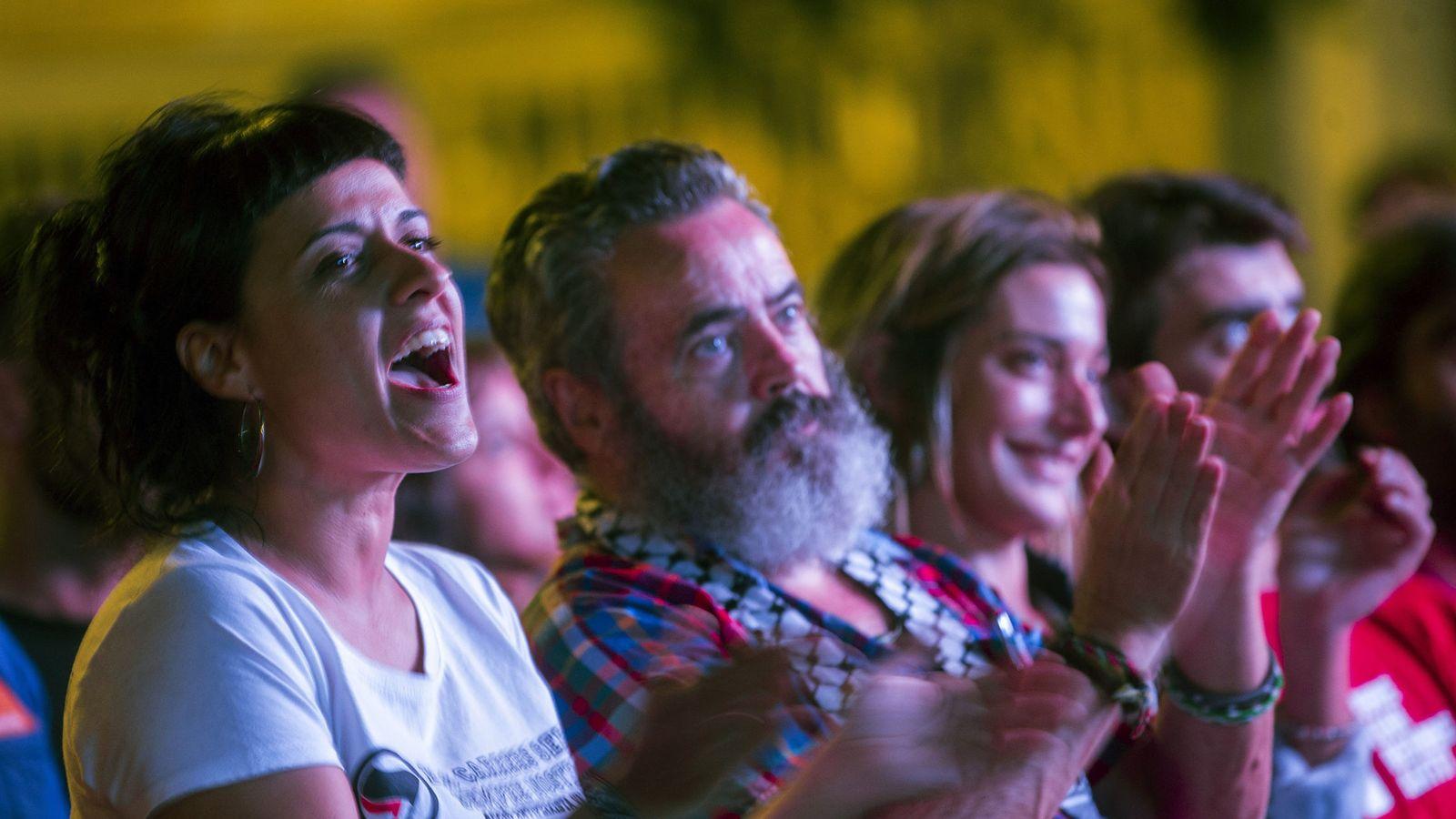 Foto: La portavoz de la CUP Anna Gabriel aplaude en el acto de Badalona acompañada por el alcalde de Marinaleda, Juan Manuel Sánchez Gordillo y la diputada de Sortu Miren Zabaleta. (EFE)