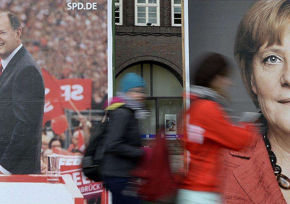 Foto: Jóvenes pasan ante carteles electorales de Steinbrück y Merkel en la ciudad alemana de Hamburgo. (Reuters)