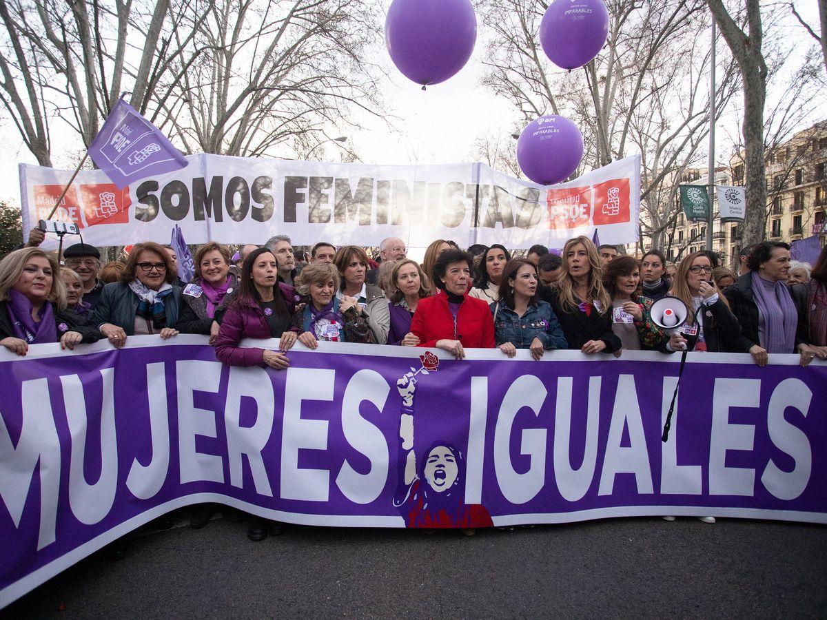 Foto: La vicepresidenta, Carmen Calvo, junto a Begoña Gómez, acompañadas de ocho ministros y la cúpula del PSOE, este 8 de marzo de 2019 en la manifestación feminista de Madrid. (Eva Ercolanese | PSOE)