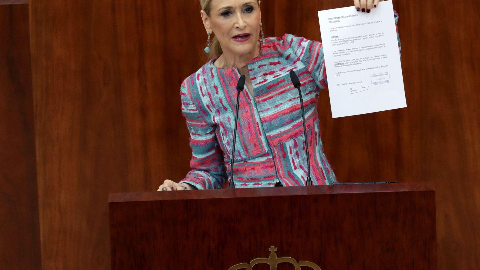 Foto: La presidenta madrileña, Cristina Cifuentes, comparece en un pleno extraordinario de la Asamblea de Madrid. (EFE)