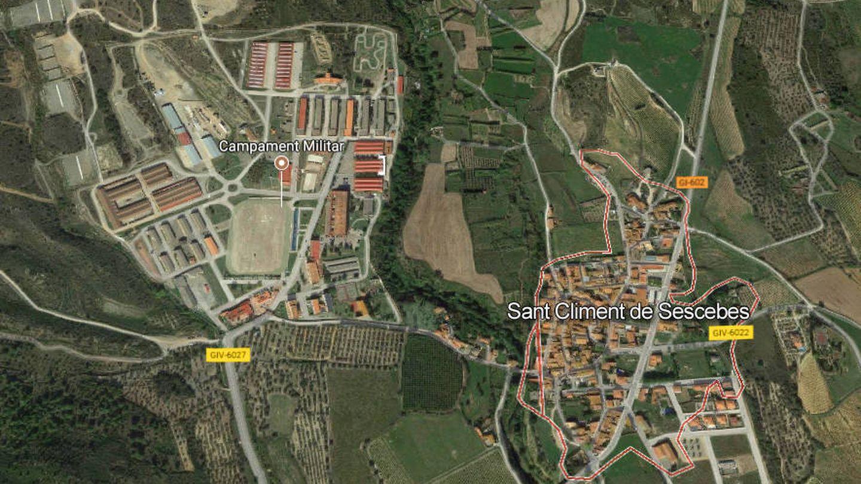 Apenas 200 metros separan el pueblo de la base. (Google Maps)