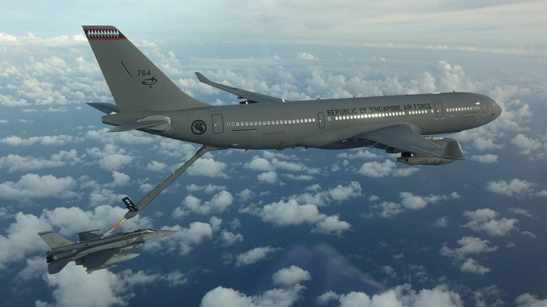 Un A330 MRTT de Singapur reabasteciendo con pértiga uno de sus F-16. (Mindef-Airbus)