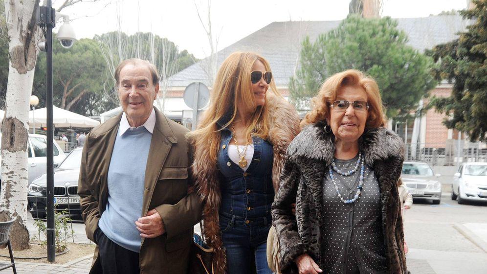 Foto: Antonio García, Ana García Obregón y Ana Obregón, paseando por Madrid. (Getty)