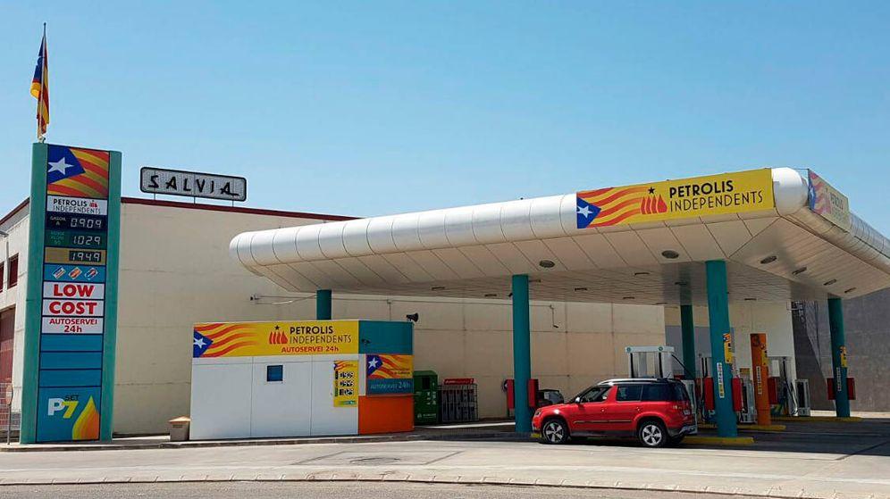Foto: Una gasolinera de Petrolis Independents, poner la estelada es legal, sacar el móvil no (EFE)