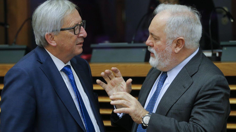 El presidente de la Comisión Europea, Jean-Claude Juncker, y Miguel Arias Cañete. (EFE)