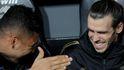 La falta de interés de Bale en el banquillo del Real Madrid con el 'Bottle flip challenge'