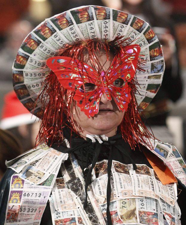 Foto: Una mujer disfrazada con décimos, en el Palacio de Congresos de Madrid. (EFE)