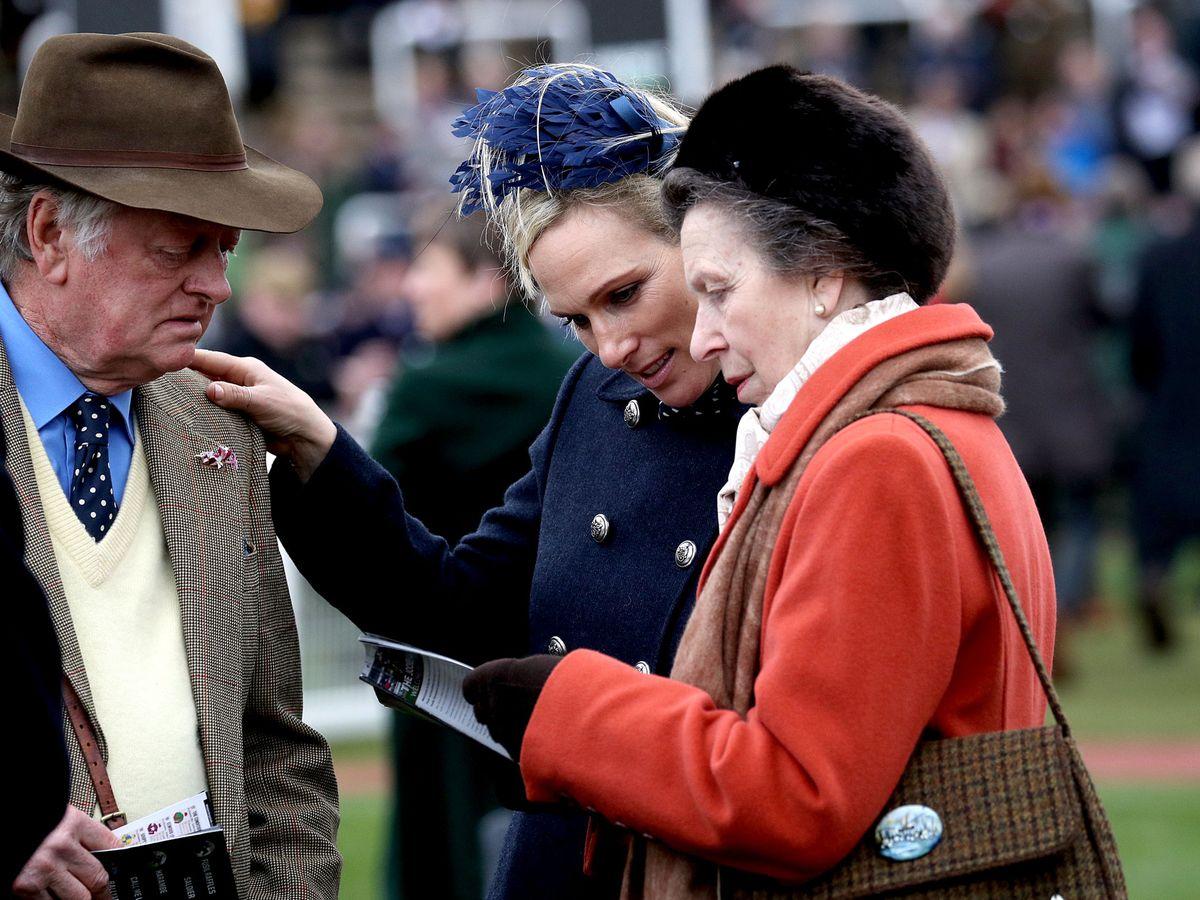 Foto: La princesa Ana, Zara Tindall y el exmarido de Camilla, juntos en el Cheltenham Festival. (Reuters)