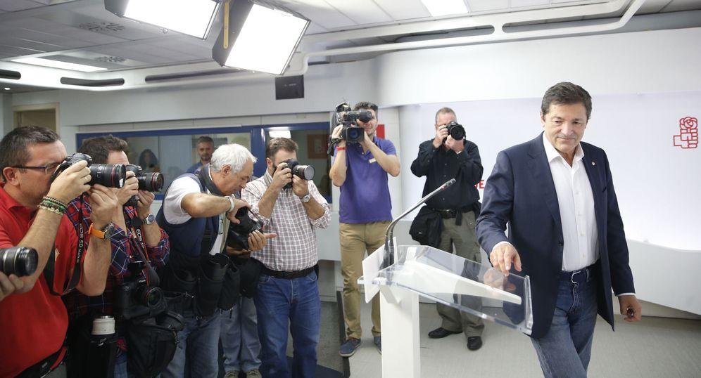 Foto: El presidente de Asturias, Javier Fernández, atiende a los medios en Ferraz, en su primera rueda de prensa como presidente de la gestora del PSOE, este 3 de octubre. (EFE)