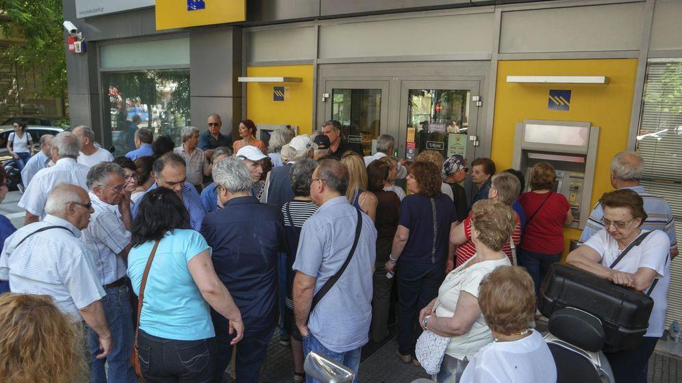 Foto: Cola para retirar dinero a la entrada de una sucursal bancaria en Salónica. (EFE)