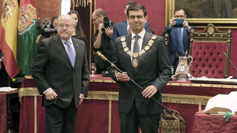 Foto: El alcalde socialista Francisco Cuenca (d). (EFE)