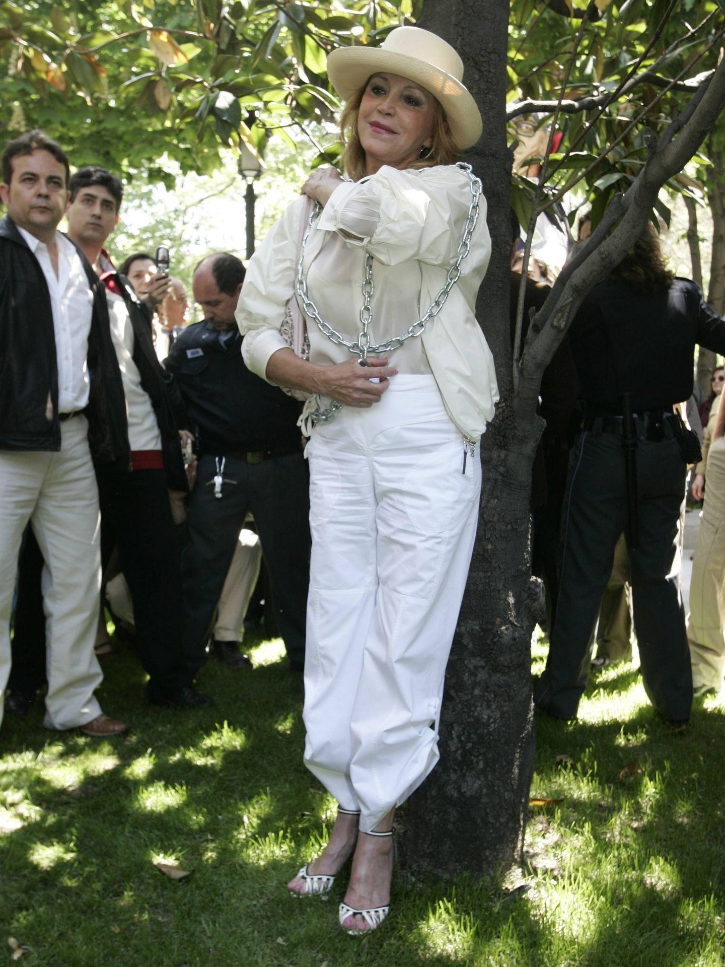 Carmen Cervera se manifiesta encadenándose contra la tala de árboles del paseo del Prado, 6 de mayo de 2007. (Archivo fotográfico ABC/ Chema Barroso)