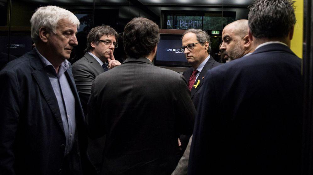 Foto: Carles Puigdemont (2º izq) y su sucesor, Quim Torra (3º dcha), suben a un ascensor junto al empresario Josep Maria Matamala (1º izq) tras dar una rueda de prensa en Berlín. (EFE)