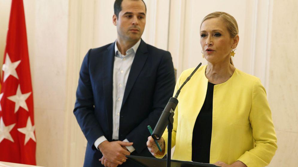 Foto: La presidenta de la Comunidad de Madrid, Cristina Cifuentes (d), junto al portavoz de Ciudadanos en la Asamblea de Madrid, Ignacio Aguado (i). (EFE)